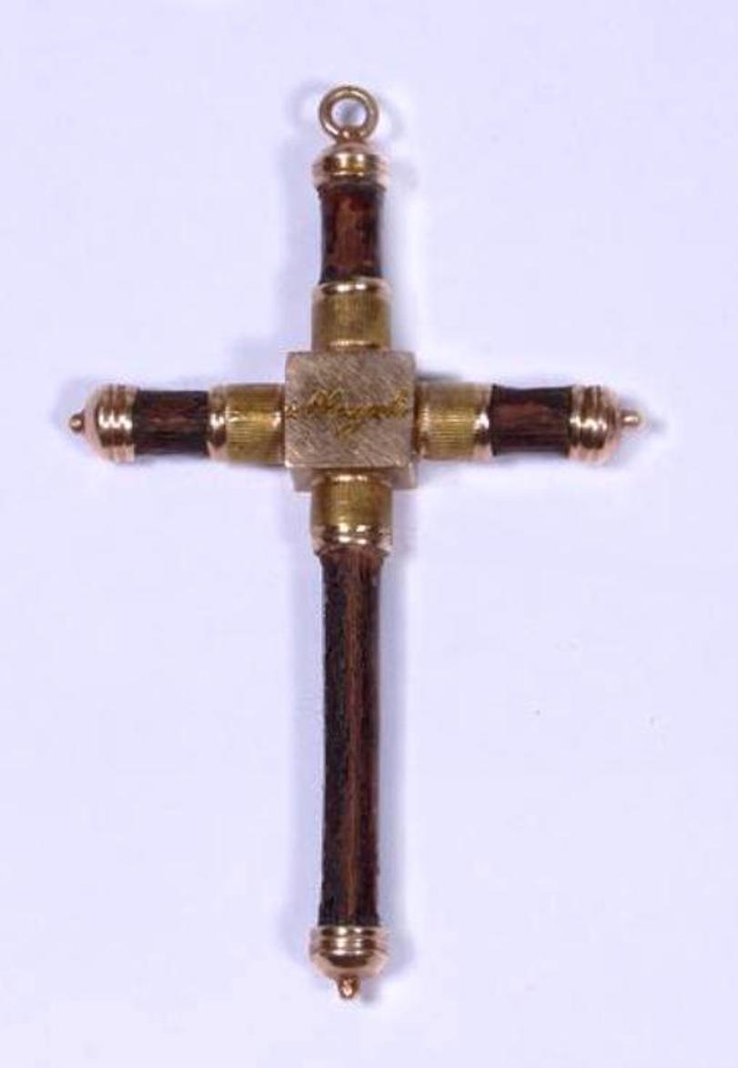 Krzyżyk z Olszynki Grochowskiej (biżuteria patriotyczna)