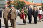 Dzień wielu rocznic - uroczystości na pl. Piłsudskiego i złożenie kwiatów przy pomniku Marszałka