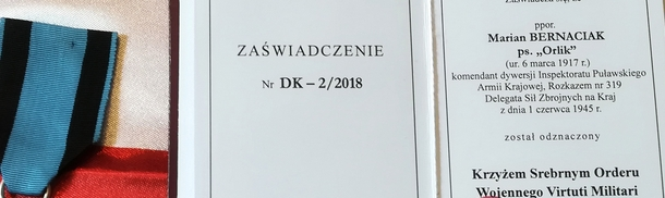 """Przekazanie Srebrnego Krzyża Virtuti Militari rodzinie mjr. Mariana Bernaciaka """"Orlika"""""""