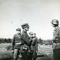 Fotografia, płk Aleksander Krzyżanowski z żołnierzami z 77. Pułku Piechoty AK, Okręg Nowogródzki (1944 r.).