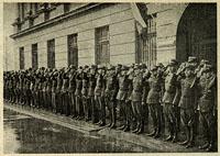 Fotografia, Podoficerowie wszystkich rodzajów broni i służb składają hołd przy Grobie Nieznanego Żołnierza (15 sierpnia 1937 r.).